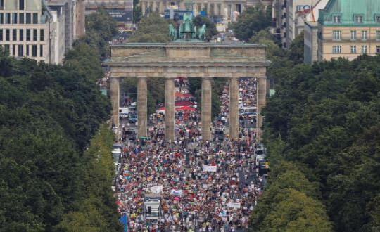 Hàng ngàn người tuần hành ở Berlin phản đối giãn cách xã hội