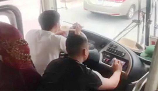 Tài xế ở Nghệ An vừa lái xe vừa ăn mì tôm, bị tước bằng 2 tháng, phạt 1,5 triệu đồng