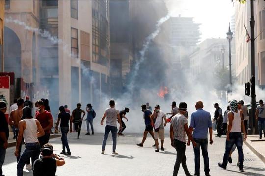 Cảnh sát bắn hơi cay vào người biểu tình sau vụ nổ kinh hoàng ở Beirut