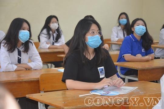 Thí sinh tham dự kỳ thi tốt nghiệp THPT bắt buộc đeo khẩu trang, sát khuẩn tay trước khi vào trường thi