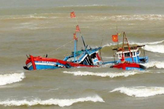 Cứu 5 ngư dân Thanh Hóa bị chìm tàu trên biển