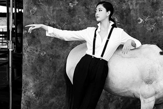 """Hoa hậu Lương Thuỳ Linh """"lột xác"""", đầy quyền lực trong bộ ảnh đón tuổi mới"""