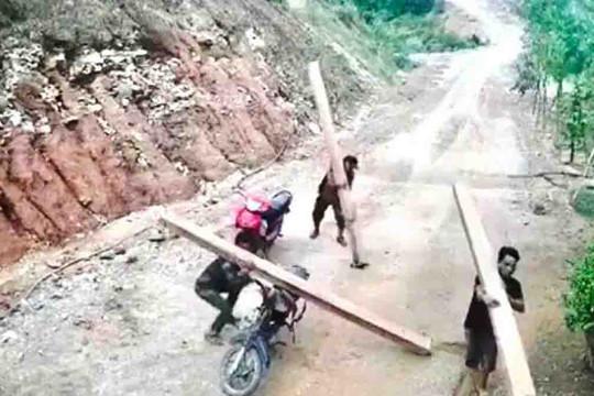 """Quảng Ngãi: Lâm tặc khai thác, vận chuyển gỗ như """"chốn không người"""""""