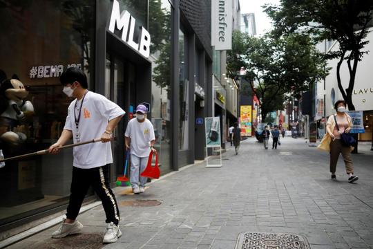 """Hàn Quốc đóng cửa trường học ở thủ đô Seoul để chống lại """"sự hồi sinh"""" của Covid-19"""
