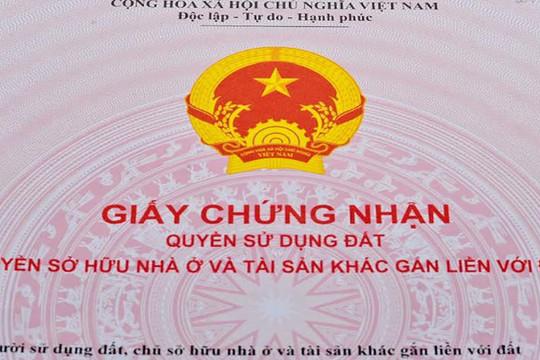 Nhân viên Văn phòng Đăng ký đất đai mang 19 sổ đỏ của dân cho người khác mượn
