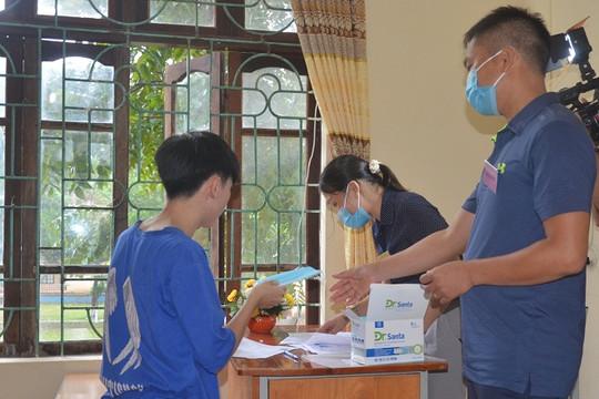 Lạng Sơn: Thí sinh đội mưa đến làm thủ tục kỳ thi tốt nghiệp THPT đợt 2