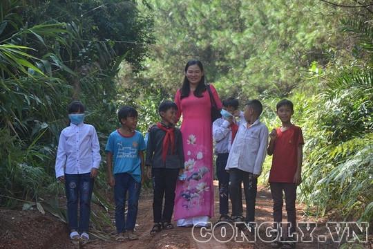 Giáo viên lội suối, bằng rừng đón học sinh đi khai giảng năm học mới