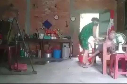 Điều tra nghi án con gái đánh đập, đổ chất thải lên đầu mẹ già