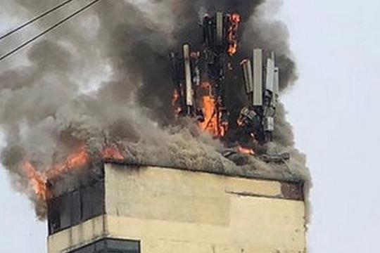Nhà 3 tầng bán vàng mã bị thiêu rụi lúc rạng sáng