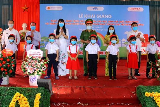 Công ty Honda Việt Nam trao tặng gần 26.000 mũ bảo hiểm cho học sinh