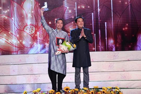 NTK Đỗ Trịnh Hoài Nam được vinh danh Top 5 NTK Áo dài nổi tiếng nhất