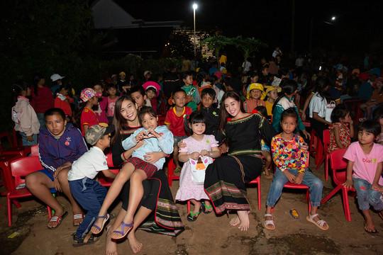 Hoa hậu H'Hen Niê tặng 500 phần quà cho trẻ em buôn làng dịp trung Thu