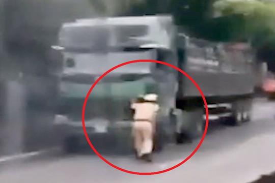 Khởi tố tài xế điều khiển xe lao vào tổ công tác khi bị phát hiện chở quá tải