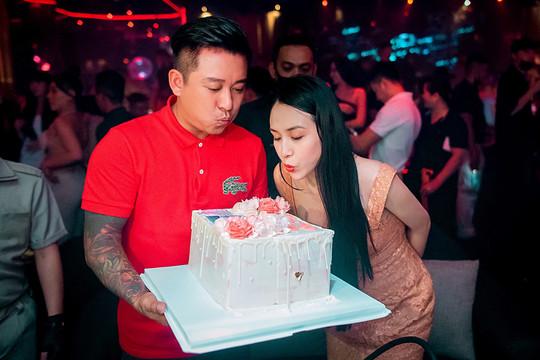 Tuấn Hưng xúc động khi được vợ tổ chức sinh nhật