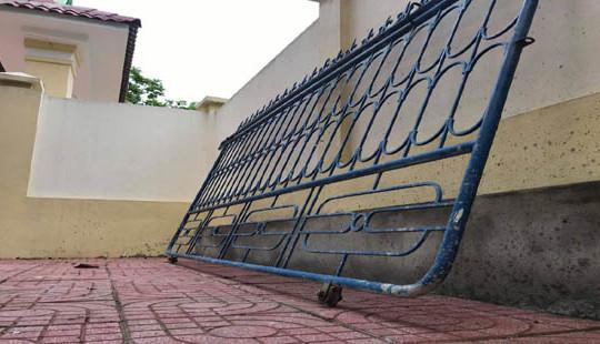 Nghệ An: Cổng sắt Trường Tiểu học sập, đè trúng chân học sinh