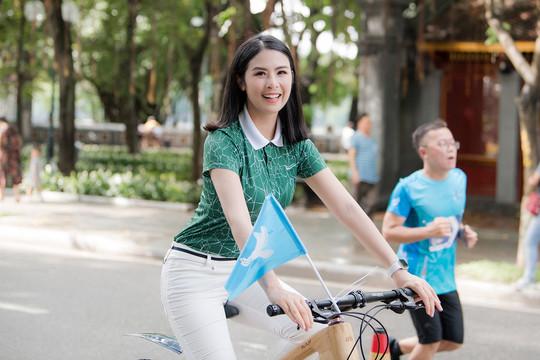 Ngọc Hân đạp xe quanh Hồ Gươm quảng bá cho thủ đô Hà Nội