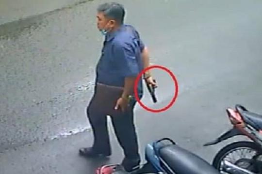 """Triệu tập người đàn ông rút súng """"thị uy"""" giữa đường"""