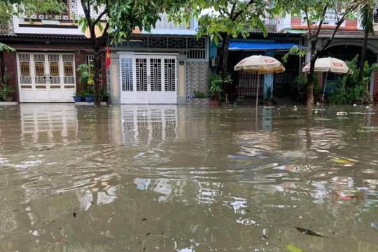 Huế: Ngập lụt nặng do mưa kéo dài nhiều ngày