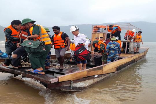 Hàng chục thuyền viên mắc kẹt trên biển được đưa vào bờ an toàn