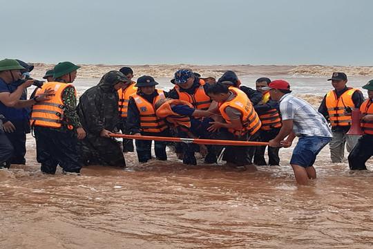 Quảng Trị:  Ứng cứu 9 thuyền viên gặp nạn trên tàu Vietship vào bờ an toàn