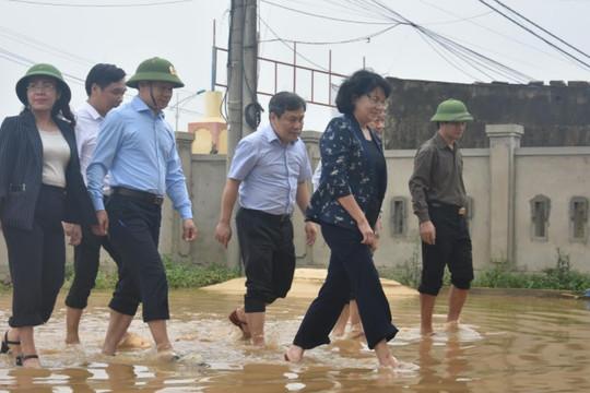 Phó Chủ tịch nước Đặng Thị Ngọc Thịnh lội nước thăm bà con vùng lũ