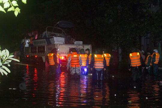 Quảng Trị: Nước lũ lên nhanh trong đêm, Chủ tịch tỉnh trực tiếp chỉ đạo di dời dân