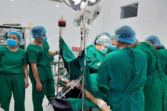 Bác sĩ miền núi hiến máu cứu sản phụ bị vỡ tử cung