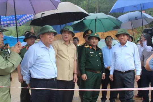 Phó Thủ tướng Thường trực Chính phủ Trương Hòa Bình kiểm tra, thăm hỏi đồng bào Tây Giang
