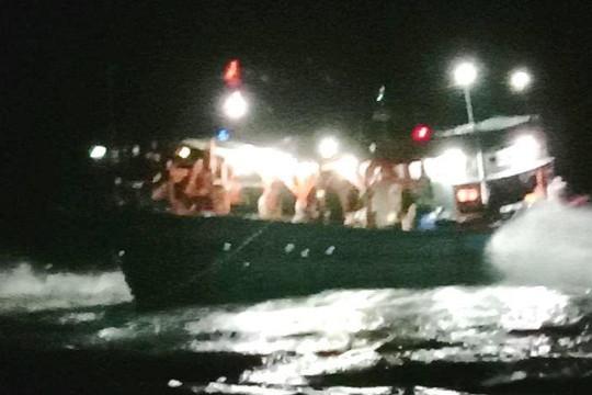 Tàu cá bị mắc cạn khi vào trú bão tại đảo Lý Sơn