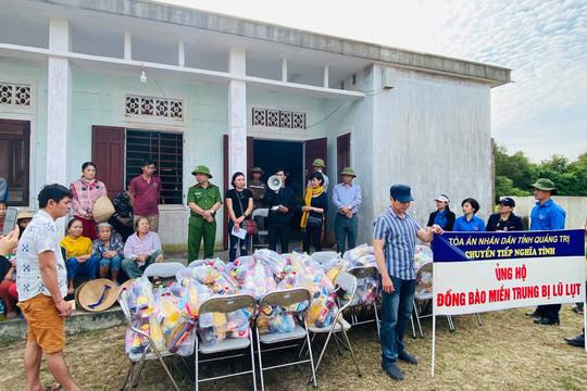 Vụ Pháp chế và Quản lý khoa học TANDTC trao quà cho đồng bào bị lũ lụt tại tỉnh Quảng Trị