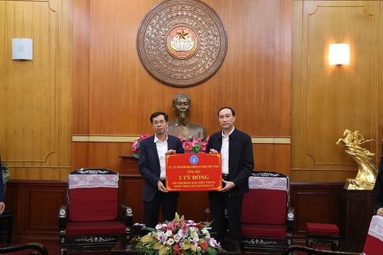 BHXH Việt Nam tặng 2.500 thẻ BHYT cho đồng bào lũ lụt miền Trung