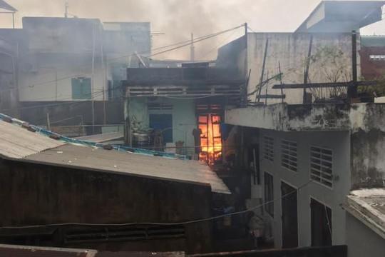 Cháy nhà dân trong hẻm, chủ nhà may mắn thoát chết