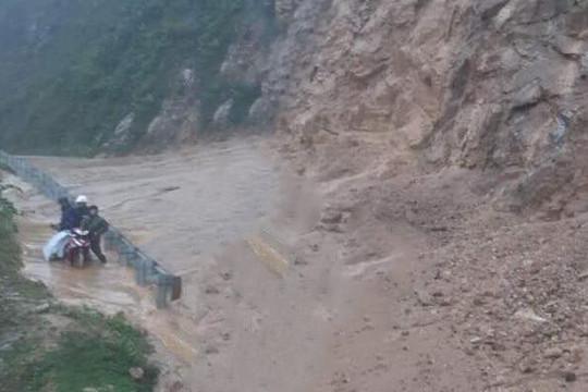 Sạt lở đất, đá kinh hoàng trên tuyến đường Trường Sơn Đông