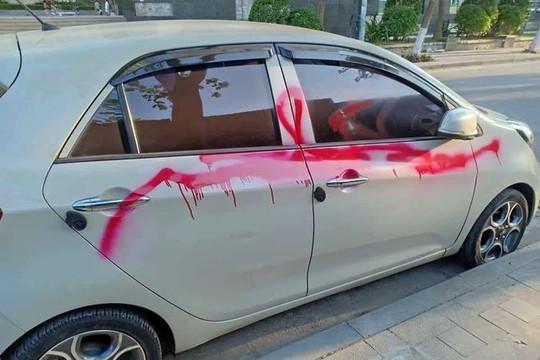 Xịt sơn vào ô tô đỗ lề đường, 3 bảo vệ bị khởi tố