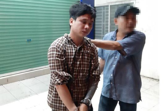 Kẻ truy nã về tội giao cấu với trẻ em bị bắt khi cướp túi xách