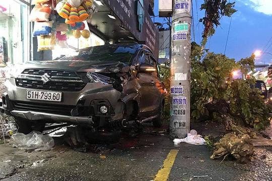 """Ô tô """"điên"""" gây tai nạn liên hoàn, hai người bị thương nặng"""