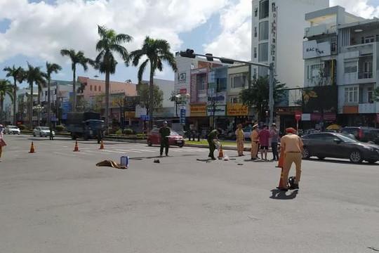 Dừng đèn đỏ, một phụ nữ bị xe tải tông tử vong