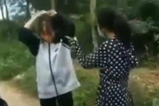 Nữ sinh bị đánh bằng mũ bảo hiểm, phải quỳ gối giữa đường