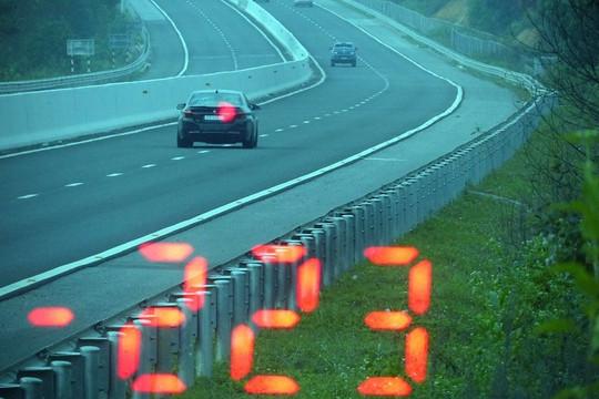 Tước giấy phép 3 tháng đối với tài xế chạy xe tốc độ 223 km/h trên cao tốc