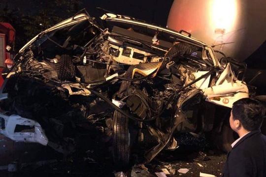 Xe đầu kéo tông xe tải chờ đèn đỏ, tài xế tử vong tại chỗ