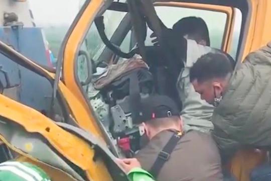 Cầu Nhật Tân: Xe cứu hộ va chạm xe vệ sinh đường phố gây ách tắc nghiêm trọng