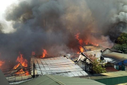 Hà Nội: Cháy lớn thiêu rụi nhiều xưởng gỗ