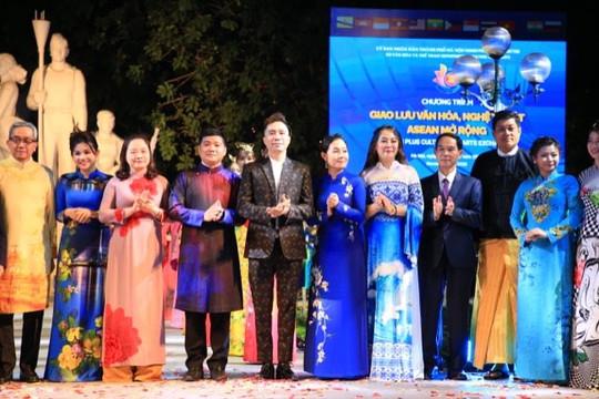 NTK Đỗ Trịnh Hoài Nam 'thổi hồn' Philippines trên áo dài Việt