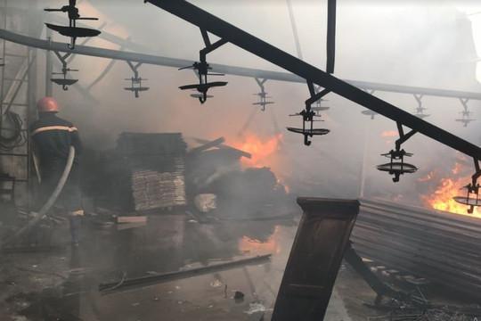 Hỏa hoạn khiến 2 công ty gỗ bị lửa thiêu rụi