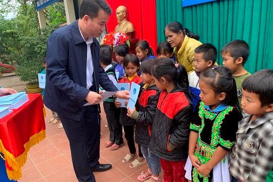 BHXH Việt Nam tặng thẻ BHYT cho học sinh có hoàn cảnh khó khăn