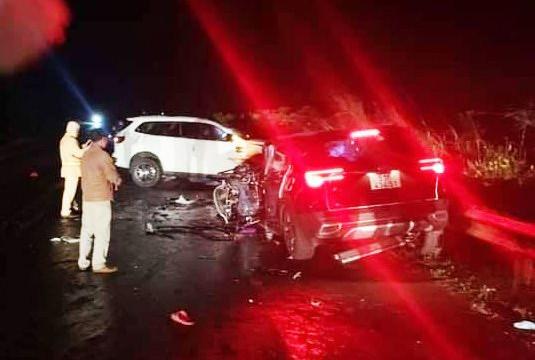 """Hai xe ôtô """"đối đầu"""" kinh hoàng, 6 người thương vong"""