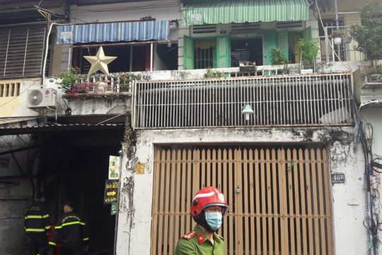 Giải cứu hai cụ già mắc kẹt trong đám cháy ở chung cư