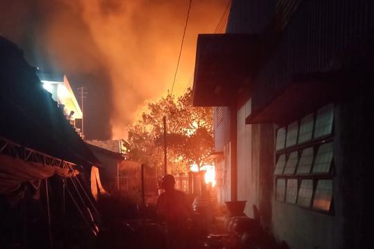 Bình Dương: Xưởng gỗ cháy ngùn ngụt trong đêm