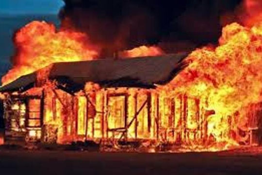 Tưới xăng đốt nhà vì vợ cằn nhằn chuyện uống rượu