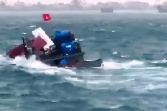 Tàu chở hàng ra đảo Lý Sơn bị chìm trên biển